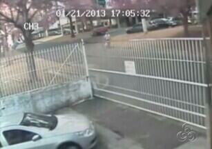 Polícia divulga imagens da chegada dos suspeitos de matarem família Belota a condomínio - A Polícia divulgou as imagens das câmeras de segurança do condomínio onde viviam Gabriela e Maria Graciele Belota quando o suspeitos de a matarem chegaram ao local.