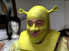 Conheça os bastidores do musical Shrek - A superprodução adaptada do cinema tem deixado crianças e adultos encantados, no Rio de Janeiro. A história do ogro Shrek, que já foi contada em quatro filmes, está no palco, com direito a muitos efeitos especiais.