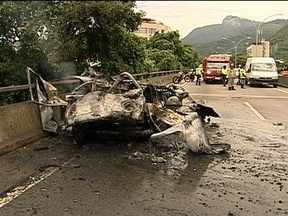 Incêndio em kombi assusta motoristas no Elevado Paulo de Frontin - O carro explodiu e as janelas dos prédios vizinhos ao viaduto, que ficam do lado oposto à pista onde estava o carro, foram atingidas. O trânsito teve de ser desviado. Não houve vítimas.