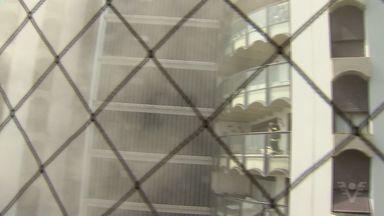 Incêndio em predio em Guarujá, SP - O Corpo de Bombeiros conseguiu resgatar oito famílias que ficaram presas em um edifício de alto padrão após um incêndio em Guarujá.