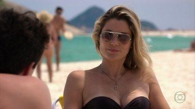 Érica avisa a Théo que pediu para ser transferida - Márcia vai dar um mergulho e deixa a amiga com o ex. Érica vai embora e deixa Théo falando sozinho