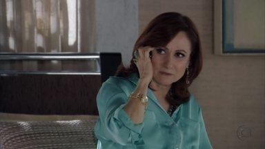 Berna culpa Helô por sua separação - A turca liga para dizer que a delegada conseguiu o que queria. Helô decide intimar Pescoço novamente para depor no caso da filha de Delzuite