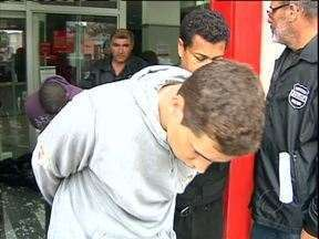 Ladrões de banco são presos em Curitiba - Os três bandidos foram surpreendidos pela polícia, quando tentavam abrir os caixas eletrônicos com um maçarico