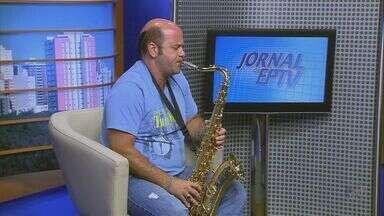 Derico Ciotti, saxofonista do sexteto do Jô Soares, faz apresentação de jazz em Campinas - Derico Ciotti, saxofonista do sexteto do Jô Soares, faz apresentação de jazz em Campinas. O grupo Clube do Jazz se apresenta nesse sábado (26) às 21h no no Barril da Máfia Studio Bar em Campinas (SP).
