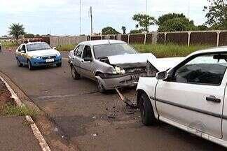 Motorista na contramão bate em dois carros e deixa três feridos - Um motorista na contramão provocou um acidente na manhã deste sábado, em Campo Grande. De acordo com a polícia, ele bateu em dois carros. Três pessoas ficaram feridas.