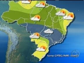 Frente fria avança pelo Sudeste - Uma frente fria avançou pelo litoral do Sudeste e se juntou às nuvens carregas que cobrem grande parte do país. A previsão é de pancadas de chuva e trovoadas do norte de Minas ao Acre.