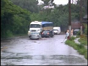 Córrego transborda e casas ficam alagadas em Divinópolis, MG - Moradores estão preocupados com a rapidez que a água sobe. Chuva forte alaga ruas e avenidas da cidade.