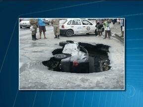 Carro é engolido por cratera em avenida de São Gonçalo, região Metropolitana do Rio - O asfalto da via afundou depois do temporal da madrugada desse sábado (26). Duas pessoas que estavam no carro tiveram ferimentos leves. Um trecho da avenida foi interditada ao trânsito.