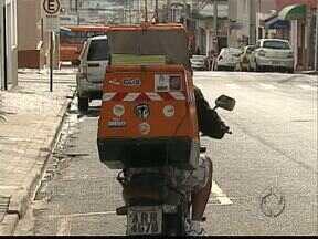 Motoboys reclamam que não conseguem fazer curso obrigatório de direção defensiva - Centros de formação de condutores oferecem o curso, mas há poucos interessados
