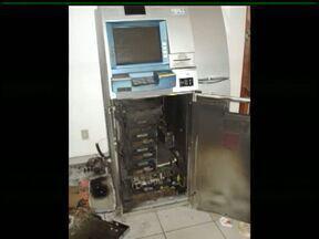 Bandidos rendem vigia e tentam arrombar caixa eletrônico na Unicentro - Foi na noite desta sexta-feira (25) no campus Santa Cruz. Os ladrões ficaram por cinco horas dentro da universidade, mas não conseguiram levar o dinheiro.