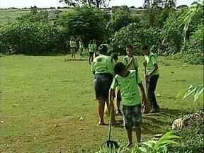 ONG reúne criançada e promove mutirão de limpeza no Monte Cristo - Meninos e meninas, atendidos pela ONG Galera de Deus, fizeram uma vedadeira 'faxina' no bairro neste sábado(26).