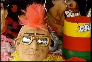 Com a proximidade do carnaval comerciantes preparam estoque de fantasias - Com a proximidade do carnaval comerciantes preparam estoque de fantasias.