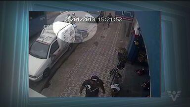 Câmeras flagram homens roubando moto em frente a loja em São Vicente - Ação aconteceu durante o dia em local movimentado da cidade
