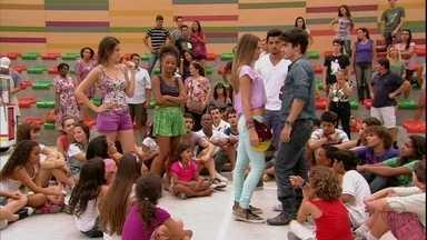 Fatinha provoca Vitor até que ele lhe beija - Bruno reconhece que a atividade proposta por Fatinha foi muito boa, mas fica desconfortável ao ver a moça beijando o novato