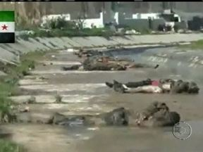 Guerra civil na Síria registra novo massacre contra civis - Um vídeo amador mostra dezenas de corpos na beira de um rio, na cidade de Aleppo. A maioria estava com as mãos amarradas para trás e ferimentos de balas na cabeça; Segundo grupos de direitos humanos, os mortos eram opositores do regime de Assad.