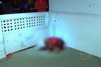 Homem é assassinado com vários tiros em um dos bairros mais movimentados de São Luís - O repórter Werton Araújo mostra como foi o caso do homicídio. A vítima ainda não foi identificada.
