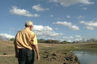 Agricultor fala da difícil luta contra o clima seco das estiagens desde a década de 80 - Veja o depoimento do agricultor que viu a plantação morrer e virar lembrança.