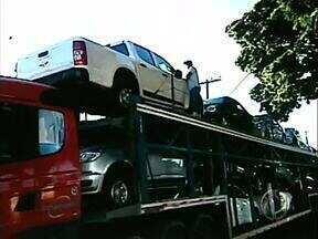 Caminhão cegonha dá carona de forma ilegal - Isso é infração do Código de Trânsito Brasileiro e pode resultar na apreensão do veículo.