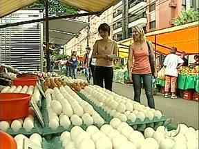 """O quadro """"Tá Barato"""" revela os valores nutricionais do ovo e os preços na feira - Uma nutricionista acompanhou a apresentadora Patrícia Piveta à feira e explicou quais são as propriedades nutricionais do ovo. Além disso, a pesquisa de preços na feira continua."""