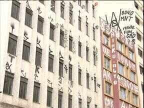 Moradores reclamam que pichações estão por toda cidade - Até a Catedral de Curitiba foi alvo de vandalismo.
