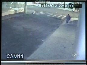 Vídeo pode ajudar na investigação de assassinato de empresário em Ourinhos - A Polícia Civil de Ourinhos divulgou, nesta quarta-feira (30), vídeos que podem ajudar nas investigações sobre o assassinato do empresário do ramo de bares e restaurantes Marcelo Abuhamad, de 49 anos. O crime foi na passagem do ano.