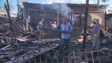Incêndio atinge depósito de móveis em Olinda - Bombeiros precisaram de dois caminhões com água para debelar as chamas.