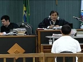 Julgamento de três acusados de matar Patrícia Acioli chega ao segundo dia - A juíza foi assassinada em agosto de 2011. O debate entre defesa e acusação no Fórum de Niterói já dura mais de cinco horas. A expectativa é que a sentença sai na madrugada de quinta-feira