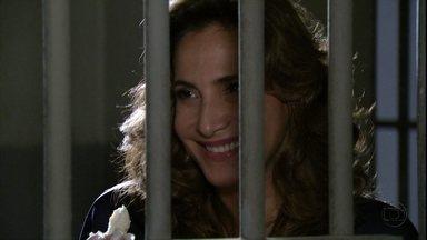 Wanda manipula um dos policiais - Stenio garante a Antonia que a traficante será solta quando a fiança for paga. Celso aborda Antonia no meio da rua