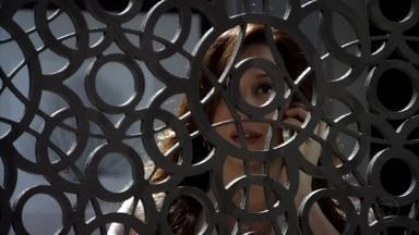 Lívia avisa a Russo que está com Morena - Morena conta para a traficante que denunciou Wanda e garante a Helô que levará provas para confirmar a história que pretende contar