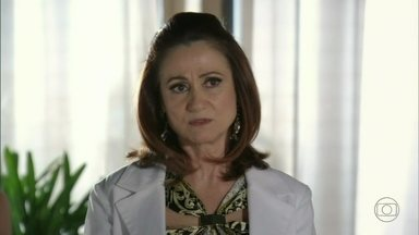 Berna quer que Aisha fique na casa de Heloísa - A filha de Mustafa fica constrangida