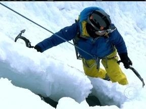 Planeta Extremo: Clayton Consevani encara escalada em cascata de gelo no Canadá - Ao lado de especialistas, jornalista escala a Wheeping Wall, a parede que chora, no Canadá.