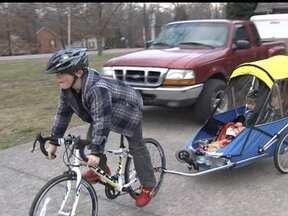 Menino de 9 anos dá exemplo de solidariedade no convívio com irmão que sofre de paralisia - Conner nunca desistiu de realizar o grande sonho dos poucos anos de vida dele: se divertir junto com o irmão, que sofre de paralisia cerebral. Eles encararam o desafio de enfrentar um campeonato de triathlon para crianças.