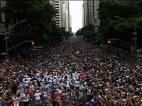 Blocos de carnaval arrastam cerca de 450 mil pessoas para as ruas do Rio - Só neste domingo (3), 53 blocos agitaram a cidade. O Suvaco do Cristo reuniu mais de 25 mil pessoas no Jardim Botânico. Foliões se divertiram também no Centro da cidade. Nem a chuva forte tirou a alegria.