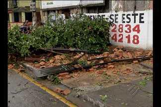 Parte de fachada de casarão desaba durante chuva em Belém - Imóvel fica no bairro do Reduto, e seria tombado pelo patrimônio histórico.