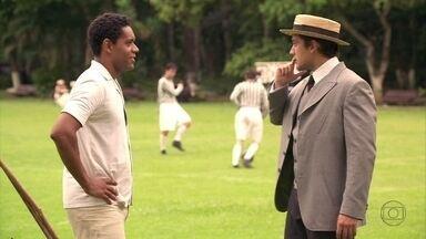 Lado a Lado - capítulo de segunda-feira, dia 04/02/2013, na íntegra - Albertinho convida Chico para substituir Teodoro no jogo