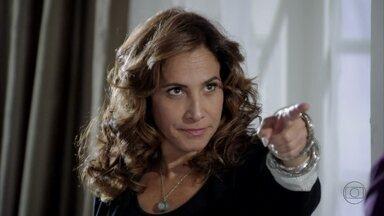 Wanda arma com Santiago um atentado contra Helô - Ela manda o comparsa estudar a rotina da delegada