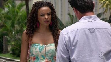 Sheila conta para Théo que Morena está correndo perigo - Ela insiste em falar com o capitão na saída do regimento