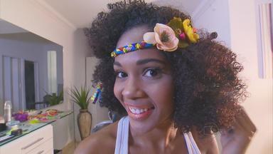 Aprenda truques de maquiagem e penteados para sair arrasando no carnaval - Especialistas dão dicas para quem tem pele branca, negra, cabelos lisos, cacheados e crespos.