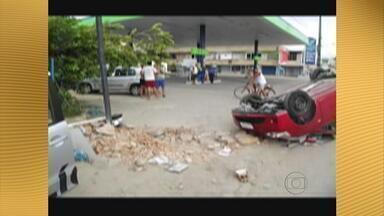 Assaltantes roubam carro em Olinda e sofrem acidente em Paulista - O carro capotou, mas eles conseguiram fugir mesmo assim. Caso foi registrado na Delegacia de Plantão de Olinda.