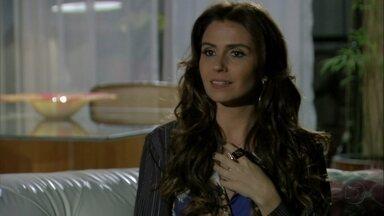 Helô conversa com Stenio sobre o caso de Aisha - O ex-marido tenta convencer a delegada a não continuar no caso e é repreendido por ela