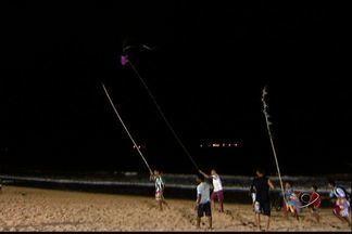 Céu da praia de Itaparica, no ES, é invadido por pipas durante a noite - Participantes dizem que brincam de forma correta. Não soltam as pipas próximo à redes elétricas e não usam cerol.