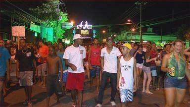 Em Casa Amarela, Zona Norte do Recife, noite foi de carnaval - Concentração do bloco Agarra-agarra foi na Rua Doutor Eurico Chaves. Animados por um trio elétrico, os foliões saíram pelas ruas do bairro até o largo da feira.