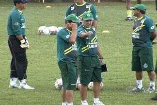 Enderson tem problemas de última hora para escalar o Goiás contra o Goianésia - Valmir Lucas torceu o tornozelo e não jogará. O lateral-esquerdo Eron não foi regularizado.