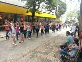 Flash mob marca a passagem da Cruz Peregrina por Londrina - O sábado(16) foi marcado por muitas atividades dos jovens católicos para celebrar a passagem dos símbolos da Jornada Mundial da Juventude pela cidade.