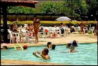 Moradores de Friburgo, RJ, aproveitam final do horário de verão - Muitos optaram por um banho de piscina para aproveitar o sol.Relógios devem ser atrasados em uma hora a partir da 0h.