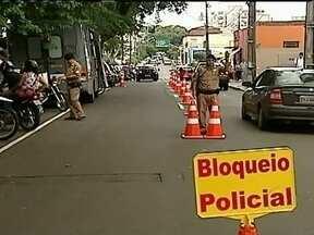 Motoristas do Paraná usam truques para tentar driblar a lei seca - Apesar do rigor da lei seca e das campanhas de orientação, muitos motoristas ainda dirigem depois de beber. Polícia diz que truques não diminuem os efeitos do álcool no organismo.
