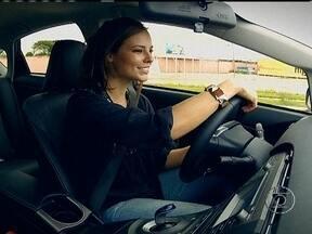 Atriz Paola Oliveira experimenta dois veículos híbridos - Paola Oliveira testou a terceira geração do Prius, da Toyota, e o Lexus CT 200h. A atriz disse que se interessou pelos modelos pela oportunidade de contribuir para minimizar a poluição. Este tipo de carro consome até 20% menos combustíveis.