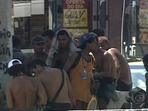 Usuários de crack voltam para a Avenida Brasil um dia após a operação da prefeitura do Rio - Assistentes sociais estão de plantão em uma tenda montada na antiga cracolândia. Um dia depois da operação da prefeitura da Rio, usuários de drogas foram encontrados novamente no canteiro central da Avenida Brasil.