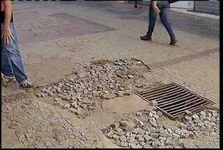 Trânsito de pedestres é difícil na região central de Montes Claros por causa das calçadas - Lei municipal prevê padronização das calçadas em Montes Claros.