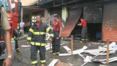 Incêndio atinge loja em Camaragibe na manhã desta quarta - Loja vende materiais de plástico. Só uma parte da galeria não foi atingida.